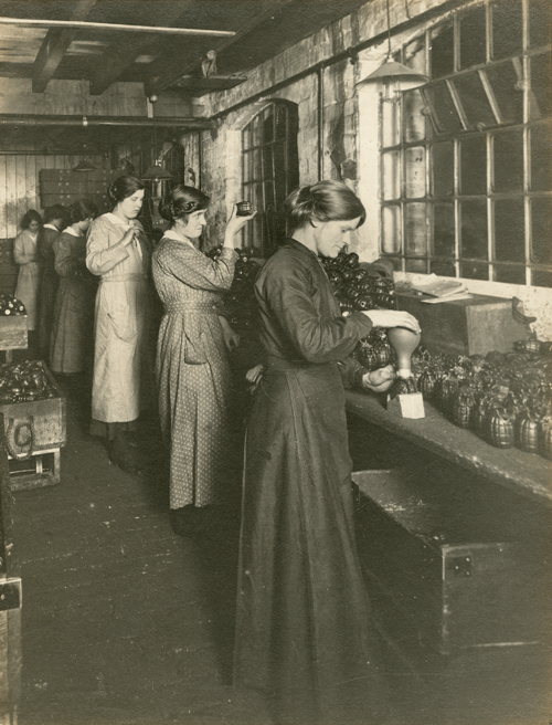 Mills Munitions Workers [Library of Birmingham: WK/B11/6700]