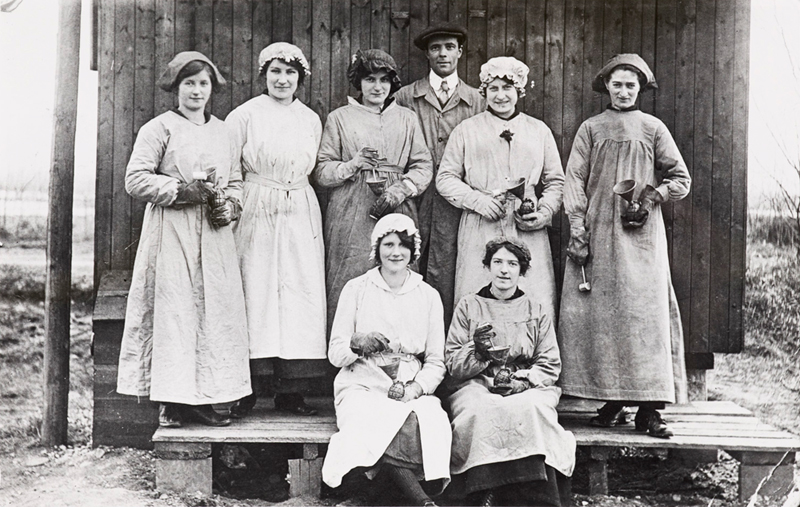 Munitions Factory Workers [Birmingham Museums: R0086-87]