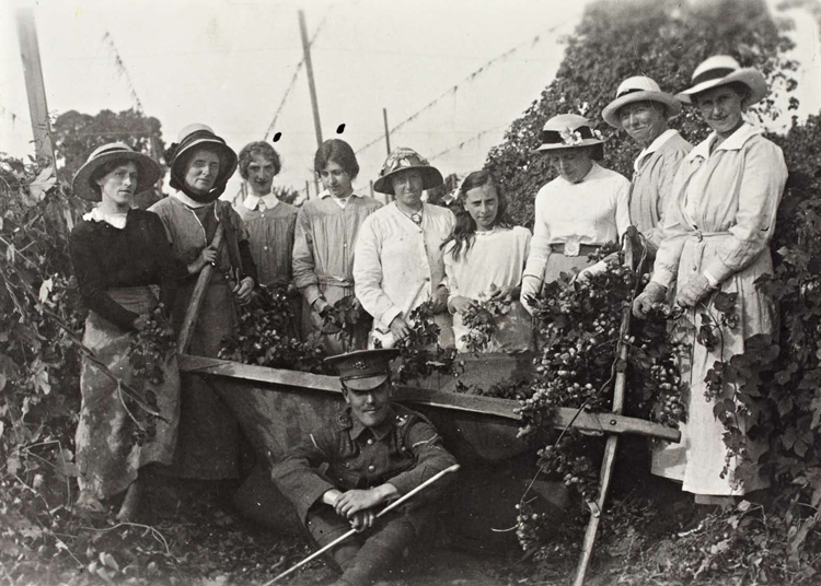 Agricultural workers [Image courtesy of Worcestershire Archive and Archaeology Service]