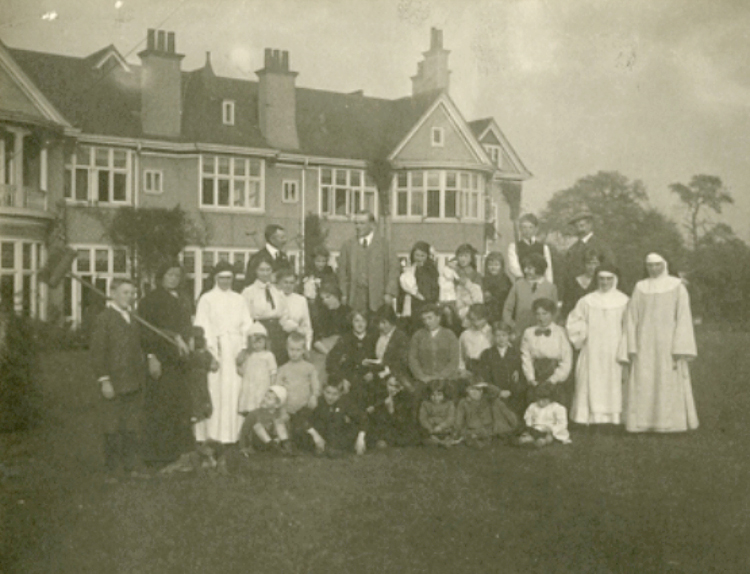 Belgian refugees at Moor Green House, Moseley, Birmingham, L. Lloyd, 1914 [Photograph]