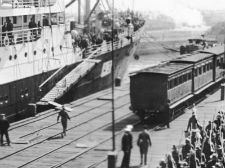 Banner-Victorian-infantry-embarking-on-HMAT-Hororata-A20-at-the-Port-Melbourne-pier